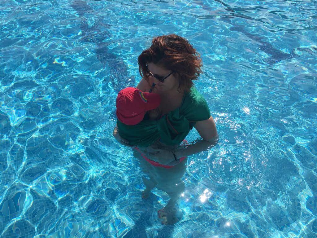Valeria-bandolera-agua-piscina.jpeg