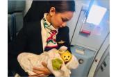 Una azafata da el pecho a un bebé que lloraba hambriento durante un vuelo